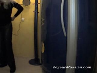 Мама сосет член у мужчины в ванной комнате  онлайн