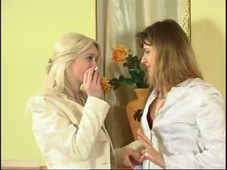 Русские зрелые дамы лижут волосатую пизду другу на диване дома