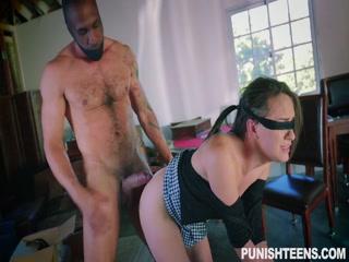 Порно видео с негром - брюнетка сосет его член после кунилингуса