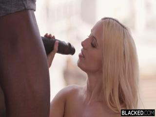 Молодая девушка сосет черный хуй