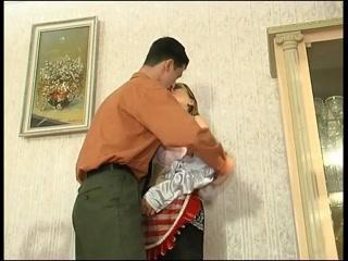 Порно видео с молодой девушкой и молодым парнем дома у женщины-убор