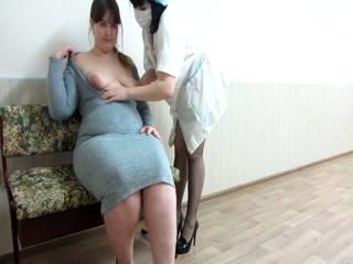 Русская толстая зрелая трахается в попу со своим врачом-незнакомцем и принимает спер
