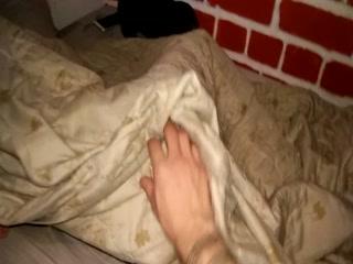Секс со спящей девушкой на большой кровати и членом парня