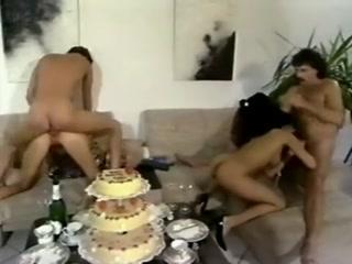 Мужики ебут красивых девушек в их сочные дырки на диване дома, пока жены нет рядом