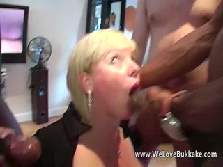Порно кастинг с молодой девушкой, которая любит сосать хуи у всех подряд